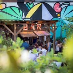 Un superbe jardin d'été à Zurich où passer une soirée entre amis avec un verre